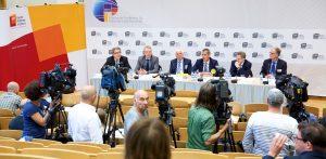 Hans-Joachim Allgaier (1. v.l.) als Moderator der Potsdamer Konferenz für Nationale Cybersicherheit mit NATO-Vizegeneralsekretär Jamie Shea, EUROPOL-Chef Rob Wainwright, BfV-Präsident Dr. Hans-Georg Maaflen und dem damaligen BSI-Präsident Michael Hange